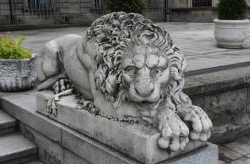 rzeźby przy schodach